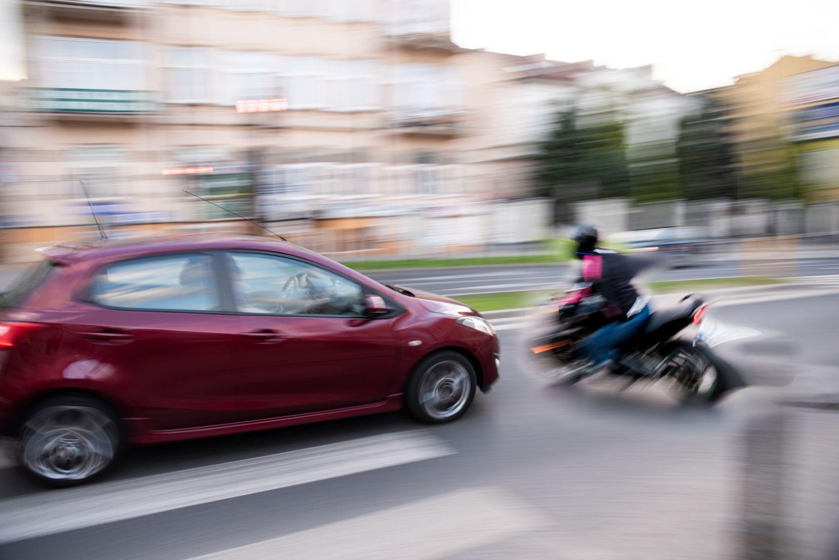 Bijna aanrijding motor en auto